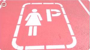 Женскую парковку у казанского ЦУМа потребовали ликвидировать
