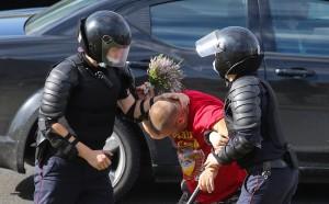 Многие жители Минска четвертые сутки не знают о судьбе своих задержанных родственников и знакомых. По данным МВД, за время протестов задержаны почти 7 тыс. человек.