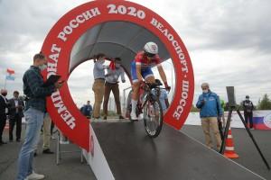 В соревнованиях принимают участие около 140 велогонщиков из 28 регионов страны. Сегодня у стадиона «Самара Арена» проходит смешанная командная эстафета.