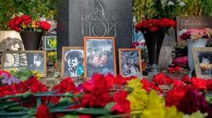 На кладбище пришли люди разных возрастов.Виктор Цой погиб 15 августа 1990 года на дороге Слока — Талси в Латвийской ССР.
