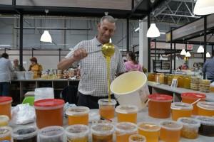 На ярмарке можно было приобрести не только уникальные сорта меда, но и полный спектр продуктов пчеловодства, поучаствовать в мастер-классах и дегустации