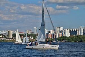 Гонка среди крейсерских яхт по короткой дистанции состоится 29 августа в водной акватории Саратовского водохранилища, напротив набережной Самары.