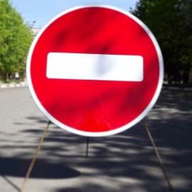 В целях обеспечения безопасности дорожного движения в связи с производством работ по ремонту теплотрасс.