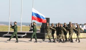 Грандиозное шоу с Российским триколором для участников и гостей соревнований продемонстрировали военнослужащие Саратовского гарнизона, они провели дефиле с 50 метровым флагом России.