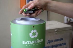 Все школы оборудованы специальными контейнерами для сбора батареек и методическими материалами.