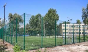 Спортивные площадки используются не только для проведения уроков физкультуры, но и жители близлежащих микрорайонов абсолютно бесплатно могут тренироваться на них.