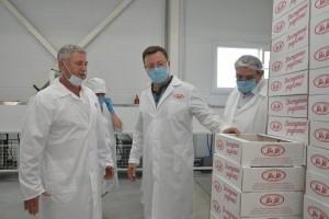 Генеральный директор фабрики Анатолий Конотоп рассказал Главе региона, что особая гордость предприятия — зефир.