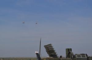 """Новинкой второго дня форума стали новейший автомат Калашникова АК-12, комплект универсальной тактической тренировочной системы """"Штурм"""", а также пролёт двух вертолетов Ми-2."""