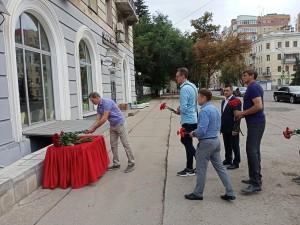 Утром 29 августа у памятной доски на доме, где долгое время жил баскетбольный наставник Юрий Тюленев, появились живые цветы
