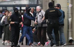 По поступающей информации, силовики получили команду начать движение в сторону демонстрантов.