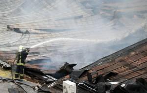Площадь пожара составила 800 кв. метров, произошло частичное обрушение кровли под воздействием высокой температуры на площади 100 кв. метров.
