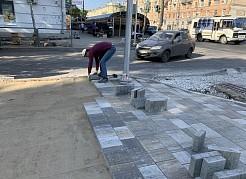 В настоящее время рабочие продолжают мостить тротуары, а также занимаются устройством «карманов» для удобства подъезда общественного транспорта к остановкам.