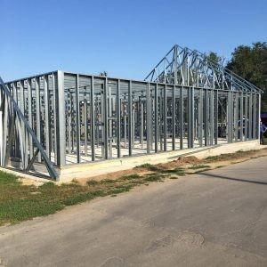 Уже подготовлено основание современного модульного здания, идет сборка металлических конструкций.