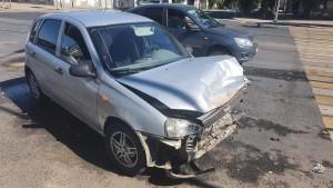 В Самаре автомобиль в ДТП врезался в столб и дверь магазина