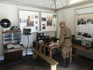 На выставке можно познакомиться с радиопередатчиками, телефонными и телеграфными аппаратами, репродуктором, измерителем помех тех времен.