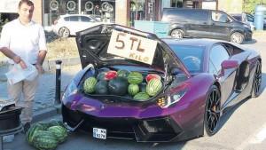 В Турции мужчину оштрафовали за торговлю арбузами из Lamborghini