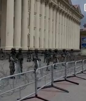 Порядка ста сотрудников МВД Белоруссии, включая бойцов спецподразделений, дислоцированы на Октябрьской площади в центре Минска в преддверии готовящихся протестов оппозиции.