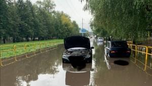 В Тольятти три автомобиля получили гидроудар в огромной луже
