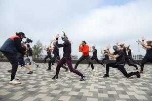 Рядом с фонтаном «Парус» состоялся флешмоб, в котором приняла участие балетная труппа Самарского академического театра оперы и балета.