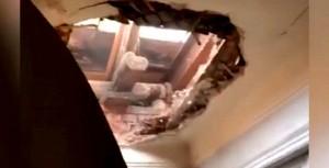 Обрушение произошло во время строительных работ на чердаке и кровле старого дома.