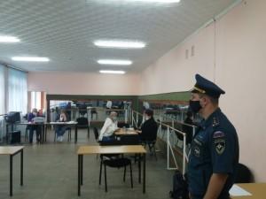 Сотрудники МЧС России обеспечивают безопасность на избирательных участках в период проведения Единого дня голосования