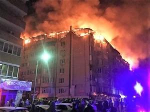 Площадь пожара превысила4 тыс. кв. м, огонь охватил весь восьмой этаж. Пожар потушили около восьми утра.