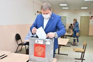 Никита Бурдасов следит за ходом голосования на избирательном участке № 2646 в Кировском районе Самары, который размещается в школе № 73.