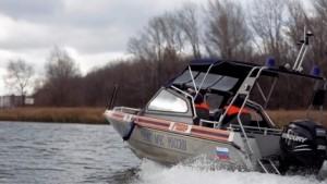 Осенью температура воды стремительно понижается, и, если лодка перевернется и рыбак окажется в воде, намокшая одежда тут же потянет его вниз, а холодная вода будет сковывать движения.