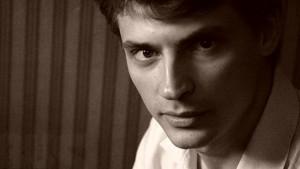 43-летний актер получил широкую известность, сыграв в сериале «Александровский сад» Алексея Казарина, подполковника и помощника коменданта Кремля.