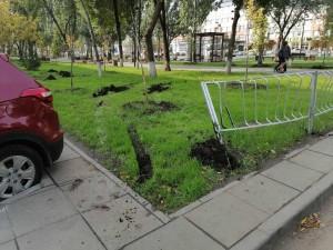 В благоустроенном сквере на улице Аврора неизвестный повредил ограждение и испортил газон.