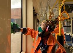 Контроль за качеством и периодичностью мойки и дезинфекции подвижного состава ужесточен.Кроме того, идет вакцинация сотрудников транспортной отрасли.