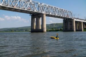 Перед жёлтой подлодкой, разработанной учёными СамГТУ, поставили задачу обследовать подводную часть опор железнодорожного моста через реку Сок.