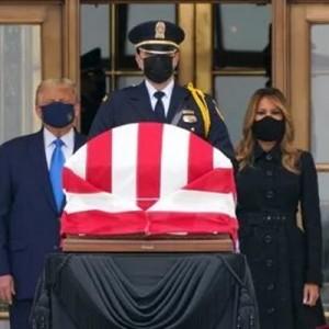 Президент США покинул церемонию вскоре после того, как со стороны собравшихся перед зданием суда протестующих стали доноситься неодобрительные возгласы в его адрес.