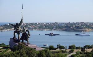 Чтобы Крым вернулся Украине, Россия должна «остаться без штанов» из-за санкций, заявили в СНБО. Украина не потянет войну на два фронта.