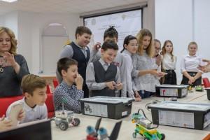 Дмитрий Азаров неоднократно обращал внимание на необходимость создания непрерывной цепочки взаимодействия «школа — вуз — экономика». Дом научной коллаборации позволит ее укрепить.