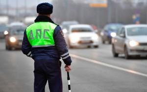 Инспекторы ГИБДД могут начать штрафовать автомобилистов за езду с покрышками не по сезону, а также за использование нештатной оптики.