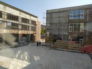 Комплексные работы ведутся одновременно по фасаду здания, кровле, внутренней чистовой отделке и благоустройству территории.
