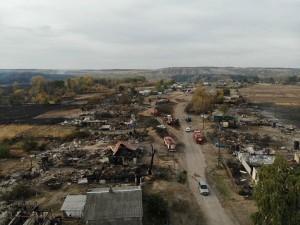 Пожар в селе Николаевка Воронежской области, где сгорело 50 строений, включая 21 жилой дом, начался из-за упавшего на линию электропередачи дерева.