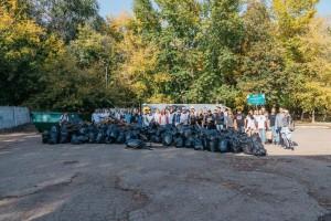 Большой и дружной компанией лесную территорию парка Дружбы убрали всего за несколько часов. В мусоровоз отправилась целая тонна отходов.