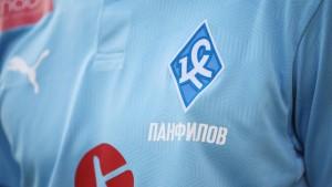 """В честь юбилея Валерьяна Панфилова, укаждого игрока на футболке под ромбом """"Крыльев"""" будет размещена фамилия Валерьяна Владимировича."""