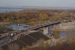 Новый мостовой переход будет построен параллельно существующему двухполосному мосту. Пропускная способность автодороги увеличится вдвое.