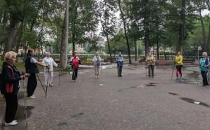 Профессиональные инструкторы проведут с пожилыми людьми занятия по скандинавской ходьбе, научат искусству правильного дыхания.