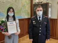 Полицейские поблагодарили бдительную сотрудницу банка за помощь в предотвращении мошенничества.