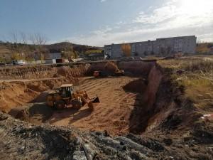 В настоящее время на объекте завершены работы по разработке котлована, ведется подготовка для начала бетонных работ.
