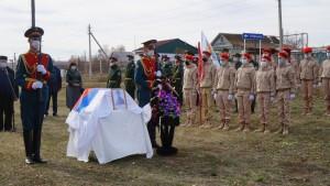 Церемония перезахоронения останков красноармейца прошла на кладбище поселка Сукаевка (Самарская область) с отданием воинских почестей и оружейным салютом.