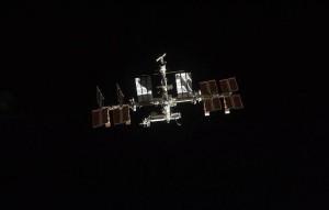 Космонавтам удалось зафиксировать движение пакетика, благодаря чему они обнаружили место утечки.