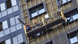 По предварительной информации, сегодня двое рабочих проводили фасадные работы многоквартирного жилого дома.