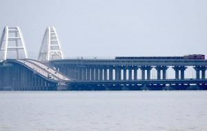 В черный список попали двое россиян и четыре российские компании, принимавшие участие в строительстве железнодорожной части моста.