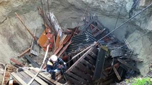 Как уточнили вМЧСпосле разбора завалов, земля разверзлась на глубину более десяти метров, причиной этого стал карстовый провал.