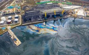 В заливе города Находка на поверхности воды образовалась маслянистая пленка, в прокуратуре подтверждают, что речь идет о разливе нефтепродуктов.